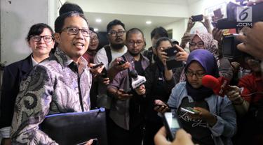 Plt Ketua Umum PSSI Joko Driyono memberi keterangan pers usai diperiksa di Mapolda Metro Jaya, Jakarta, Kamis (24/1). Joko Driyono diperiksa selama 11 jam dengan 45 pertanyaan terkait kasus dugaan pengaturan skor sepakbola. (Liputan6.com/Johan Tallo)