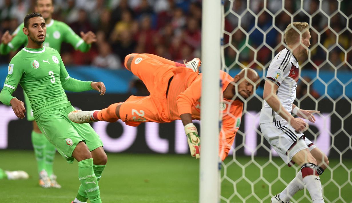 Pada laga babak 16 besar Piala Dunia 2014 antara Aljazair melawan Jerman di Beira-Rio Stadium, Brasil (30/6/2014) yang bertepatan dengan bulan Ramadan, para pemain Aljazair tampil bagus meski sedang menjalani ibadah puasa. (AFP/Kirill Kudryavtsev)