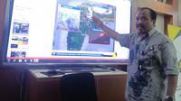 Kepala PVMBG Kasbani memaparkan perkembangan Gunung Karangetang di kantornya. (Huyogo Simbolon)