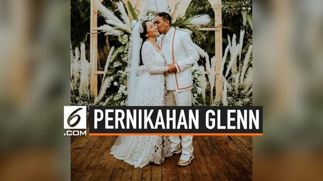 Akhirnya Glenn Fredly memamerkan foto pernikahannya bersama sang istri, Mutia Ayu. Pernikahan yang berlangsung pada Senin (19/8/2019) ini dilangsungkan secara tertutup di Taman Kajoe Ampera, Jakarta Selatan. Keluarga dan sahabat pun menutupi kabar ba...