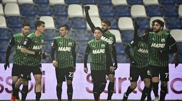 Para pemain Sassuolo merayakan gol yang dibuat striker Domenico Berardi (belakang) ke gawang Benevento, dalam laga lanjutan Liga Italia Serie A 2020/21 pekan ke-11 di Mapei Stadium, Jumat (11/12/2020). Sassuolo mengalahkan Benevento 1-0. (LaPresse via AP/Massimo Paolone)