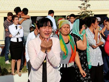 Warga menangis melihat iring-iringan mobil yang membawa jenazah Presiden Uzbekistan, Islam Karimov di Tashkent, Uzbekistan, (3/9). Pemerintah Uzbekistan mengkonfirmasi bawah Presiden Islam Karimov telah tiada. (REUTERS/Muhammadsharif Mamatkulov)