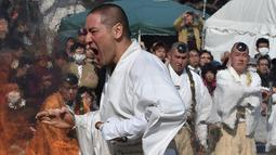 "Biksu Buddha tanpa alas kaki berjalan di atas bara api atau yang dikenal sebagai ""Nagatoro Hi-Matsuri,"" di kuil Fudoji, kota Nagatoro, Jepang, Minggu (5/3). Mereka memanjatkan doa untuk kedamaian dunia dan keselamatan bagi semua orang. (Kazuhiro NOGI/AFP)"