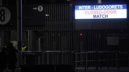 Sebuah papan pengumuman elektronik terlihat di Stadion San Siro di Milan, Italia (27/2/2020). Akibat virus COVID-19 yang sedang mewabawah, pertandingan leg kedua babak 32 besar Liga Europa UEFA antara Inter Milan melawan Ludogorets dimainkan tanpa penonton. (Xinhua/Alberto Lingria)