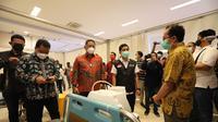 Wamenkes Dante Saksono meninjau vaksinasi massal tenaga kesehatan di Surabaya (Dian Kurniawan/Liputan6.com)