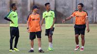 Pelatih Persebaya, Djadjang Nurdjaman, dan asisten pelatih Sugiantoro (kanan). (Bola.com/Aditya Wany)