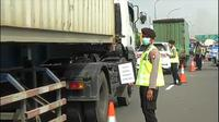 Polisi melakukan penyekatan di kawasan Tol Tangerang-Merak atau tepatnya di Tol Bitung, Tangerang. (Liputan6.com/ Pramita Tristiawati)