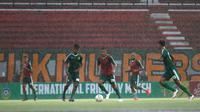 Pemain Persebaya Surabaya melakoni latihan resmi jelang pertandingan uji coba menghadapi Sabah FA di Stadion Gelora Bung Tomo, Surabaya, Jumat (7/2/2020). Persebaya akan menghadapi Sabah FA di tempat yang sama, Sabtu (8/2/2020). (Bola.com/Aditya Wany)