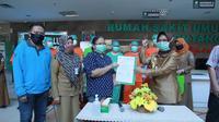 Wali Kota Bontang bersama pasien terkonfirmasi positif Covid-19 yang dinyatakan sembuh. (foto: istimewa)