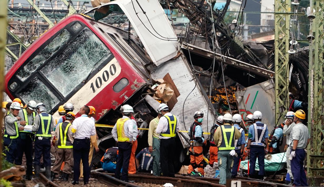 Kereta tergelincir setelah menabrak truk di Yokohama, Prefektur Kanagawa, Jepang, Kamis (5/9/2019). Sebanyak 35 orang mengalami luka-luka, sementara satu orang dalam kondisi kritis. (AP Photo/Eugene Hoshiko)