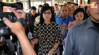Dengan wajah penuh duka, Dirut Pertamina Karen Agustiawan menjenguk keluarga korban kecelakaan maut kereta dan truk pertamina di RS Polri dr Sukamto, Jakarta (Liputan6.com/Helmi Fithriansyah)