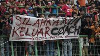 The Jakmania membentangkan spanduk yang meminta pelatih Persija Jakarta, Stefano Teco Cugurra, untuk mengundurkan diri saat laga melawan Mitra Kukar di Stadion Patriot, Bekasi, Minggu (14/5/2017). (Bola.com/Vitalis Yogi Trisna)