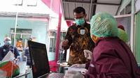 Wakil Bupati Helmi Budiman tengah memberkan penjelasan kepada petugas tenaga kesehatan di sela-sela pelaksanaan simulasi vaksin Covid-19 di Garut, Jawa Barat. (Liputan6.com/Jayadi Supriadin)