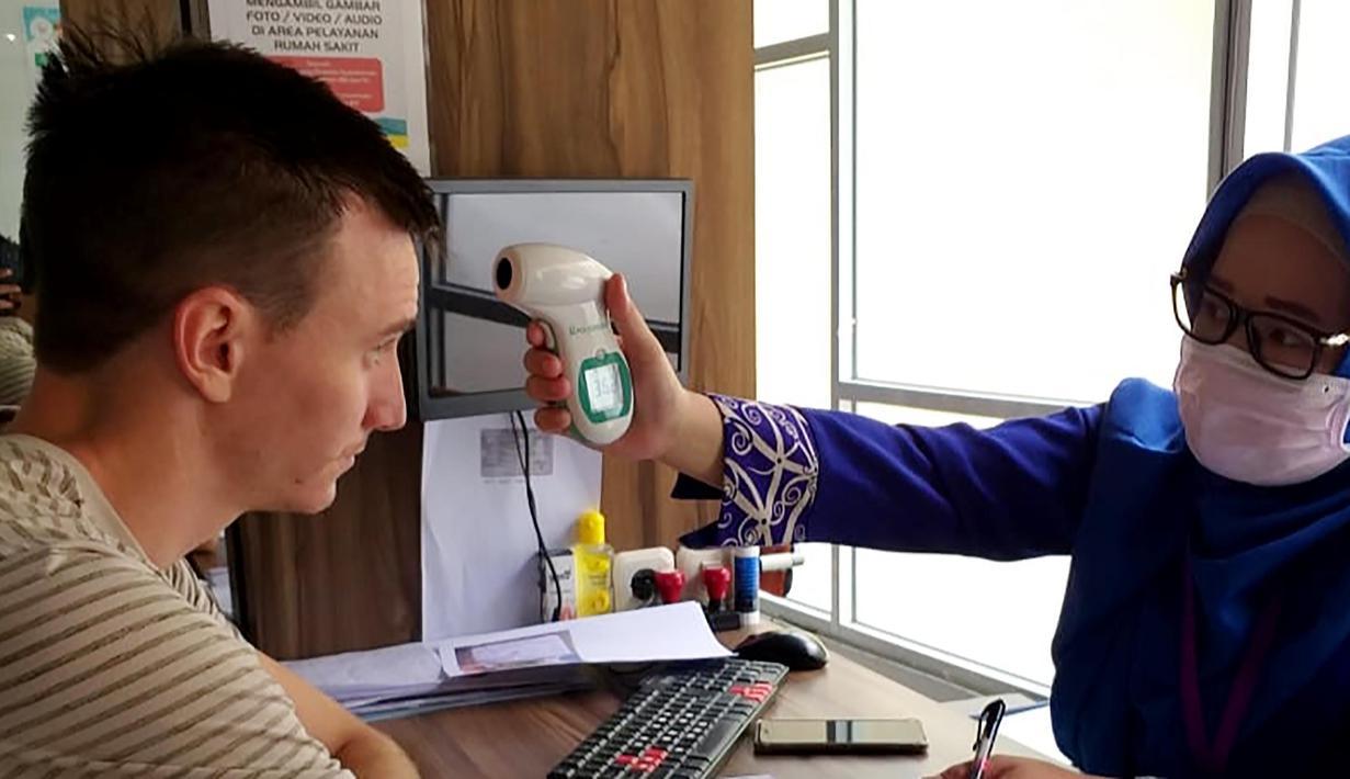 Gelandang Barito Putra asal Serbia, Danilo Sekulic, menjalani screening suhu tubuh di RS Sari Mulia, Banjarmasin. (Dokumentasi Barito Putra/Gatot Susetyo)