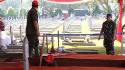 Pekerja menggali makam Presiden ke-3 RI BJ Habibie di TMP Kalibata, Jakarta, Kamis (12/9/2019). Habibie meninggal pada Rabu, 11 September 2019 pukul 18.05 WIB. (Liputan6.com/Herman Zakharia)