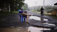 Foto jalan berlubang dan berlumpur di Sumatera Selatan. foto: Robby Ari Sanjaya