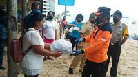 Wali Kota Manado GS Vicky Lumentut menyerahkan bantuan bagi warga terdampak Covid-19.