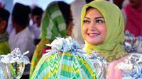 Penyanyi Bella Saphira sempat membuat heboh publik saat pindah keyakinan. Ia resmi menjadi mualaf pada bulan Ramadan tahun 2013. Pindah keyakinan jelang nikah dengan perwira tinggi TNI, Agus Surya Bakti. (Instagram/bellasaphiraofficial)