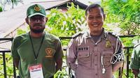 Pemain Persipura Jayapura Imanuel Wanggai (kiri) menjadi petugas keamanan Tempat Pemungutan Suara (TPS) pada Pemilu 2019. (Instagram)