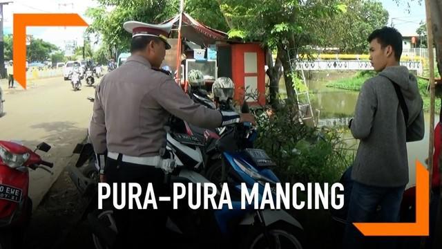 Coba kabur dari razia pajak oleh petugas gabungan, beberapa pengendara motor pura-pura mancing.