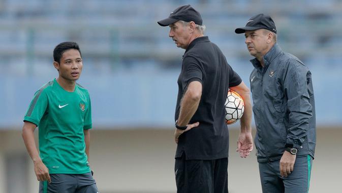 Alfred Riedl berbincang dengan Evan Dimas saat menjalani latihan Timnas Indonesia di Stadion Manahan Solo Jawa Tengah, Sabtu (23/9/2016).  (Bola.com/Peksi Cahyo)