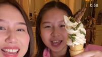 Selebgram Sisca bersama adiknya memakan es krim rasa nasi Padang. (dok tangkapan layar video Instagram @siscakohl/https://www.instagram.com/p/CMO5zSEAZxD//Muhammad Thoifur)