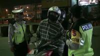 Petugas check point di Bekasi memeriksa pengendara yang melanggar aturan PSBB dan larangan mudik. (Liputan6.com/Bam Sinulingga)