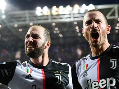 Pemain Juventus, Leonardo Bonucci, merayakan gol yang dicetak Gonzalo Higuain ke gawang Atalanta pada laga Serie A Italia di Stadion Atleti Azzurri, Bergamo, Sabtu (23/11). Atalanta kalah 1-3 dari Juventus. (AFP/Miguel Medina)