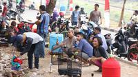 Peserta mengikuti lomba kicau burung di kawasan Kanal Banjir Timur, Jakarta, Rabu (29/8). Lomba yang diadakan komunitas pecinta burung itu menarik perhatian warga serta pengendara yang melintas di kawasan tersebut. (Liputan6.com/Immanuel Antonius)