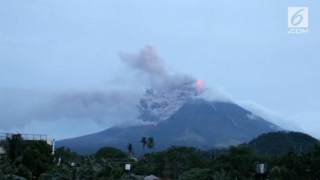 Gunung Mayon diprediksi akan meletus dalam hitungan hari. Kepulan asap hitam diikuti lava panas keluar dari kawah gunung berapi paling aktif di Filipina itu.