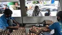 Warga saat membeli telur saat Gelar Pangan Murah di Pasar Tebet Barat, Jakarta, Rabu (23/12/2020). Gelar Pangan Murah digelar guna mengantisipasi kenaikan harga jelang Natal dan Tahun Baru. (merdeka.com/Iqbal S. Nugroho)