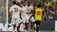 Bek Manchester United, Chris Smalling (tengah) berselebrasi usai mencetak gol ke gawang Watford pada pertandingan lanjutan Liga Inggris di stadion Vicarage Road, Inggris (15/9). MU menang tipis 2-1 atas Watford. (AP Photo/Frank Augstein)