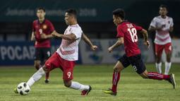 Striker Indonesia, Alberto Goncalves, berusaha melewati pemain Laos pada laga Asian Games di Stadion Patriot, Jawa Barat, Jumat (17/8/2018). (Bola.com/Vitalis Yogi Trisna)