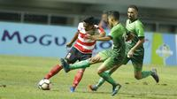 Bek Madura United, Asep Berlian, saat pertandingan melawan PS TNI pada laga Liga 1 Indonesia di Stadion Pakansari, Bogor, Senin (18/9/2017). Madura United menang 3-2 atas PS TNI. (Bola.com/M Iqbal Ichsan)