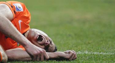 Netherlands' striker Robin van Persie lies on the pitch in pain during the 2010 World Cup quarter-final football match between the Netherlands and Brazil on July 2, 2010 at Nelson Mandela Bay stadium in Port Elizabeth. AFP PHOTO / PIERRE-PHILIPPE MARCOU