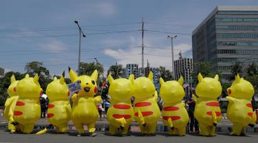 Aktivis lingkungan mengenakan kostum Pikachu saat berujuk rasa di depan kedutaan besar Jepang di Manila, Filipina, Selasa (25/6/2019). Para aktivis memprotes Jepang untuk menghentikan pembiayaan batu bara saat mereka bersiap untuk menjadi tuan rumah KTT G20. (AF Photo/Aaron Favila)