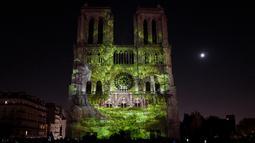 "Gambar pada 20 Oktober 2018 menunjukkan Gereja Katedral Notre Dame selama pertunjukan cahaya berjudul ""Dame de Coeur"" di Paris, Prancis. Pertunjukan cahaya tersebut bagian dari perayaan seratus tahun Perang Dunia I. (Photo by Ludovic MARIN/AFP)"