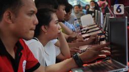 Peserta mengikuti simulasi tes CPNS 2019 berbasis Computer Assisted Test (CAT) di halaman Gedung Sarinah, Jakarta, Minggu (8/12/2019). Simulasi ini bertujuan untuk pengenalan dan sosialisasi sistem seleksi CPNS 2019 yang akan digelar dengan sistem CAT. (Liputan6.com/Helmi Fithriansyah)