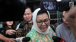 Triyuni Soemartono usai menjalani pemeriksaan di gedung KPK, Jakarta, Jumat (1/2). Triyuni diperiksa terkait dugaan korupsi pengadaan paket penerapan kartu tanda penduduk berbasis nomor induk kependudukan secara nasional (E-KTP). (Merdeka.com/Dwi Narwoko)