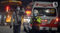 Sejumlah mobil ambulans berjalan di luar RS Darurat Wisma Atlet, Jakarta, Selasa (22/6/2021). Bertepatan dengan HUT ke-494 DKI Jakarta, ada peningkatan kasus COVID-19 yang sudah memasuki fase kritis. (merdeka.com/Imam Buhori)