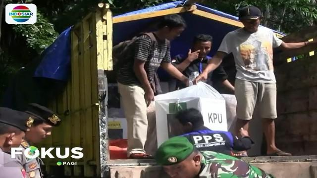 Logistik pemilu berupa kotak suara, surat suara dan berbagai perlengkapan TPS diangkut dengan truk menyusuri jalanan terjal berbatu selama sekitar 3 jam hingga tiba di Pos Tumpak Gesing.