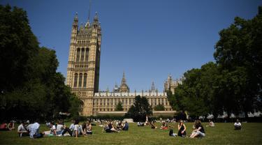 Asyiknya Warga London Menikmati Musim Panas di Taman