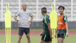 Asisten pelatih Timnas Indonesia U-22, Nova Arianto, saat latihan di Stadion Madya, Senayan, Jakarta, Senin (12/1). Latihan kali ini tidak dipimpin Indra Sjafri karena sedang mengikuti lisensi kepelatihan Pro AFC di Spanyol. (Bola.com/M Iqbal Ichsan)