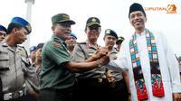 Usai menggelar Apel, Kapolri, Jokowi, dan Panglima TNI Jenderal Moeldoko melakukan salam komando (Liputan6.com/Herman Zakharia)