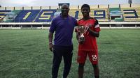 Jacksen Tiago dan Hugo Samir usai usai laga persahabatan sekaligus ajang seleksi pemain EPA U18 yang digelar PSIS di Stadion Citarum Semarang. (Bola.com/Gatot Susetyo)
