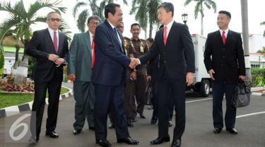Kepala Kejakasaan Agung, HM Prasetyo berjabat tangan dengan komisioner Independent Commision of Anti Corruption (ICAC) Hongkong Mr. Simon Y.L.Peh saat menerima kunjungan bilateral di Kejaksaan agung RI, Jakarta, Kamis (17/3). (Liputan6.com/Helmi Afandi)