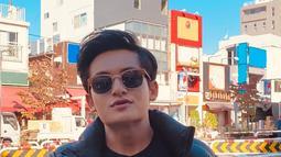 Di berbagai momen, putra dari pasangan asli Sumenep, Madura ini memang tampil trendi. Kali ini saat berlibur ke luar negeri, Randy Martin tampak keren dan ganteng mengenakan kacamata hitam.(Liputan6.com/IG/@randymartinnn)