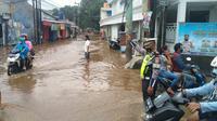 Banjir di Simpang Mampang Jalan Raya Sawangan, Kecamatan Pancoranmas, Kota Depok. (Liputan6.com/Dicky Agung Prihanto).