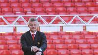 Ole Gunnar Solskjaer tiba di lapangan saat konferensi pers terkait penunjukkan dirinya menjadi pelatih permanen Manchester United di Stadion Old Trafford, Inggris, (28/3). Solskjaer berhasil membawa MU meraih 14 kemenangan, dua hasil imbang, dan menelan tiga kekalahan. (AP Photo/Rui Vieira)
