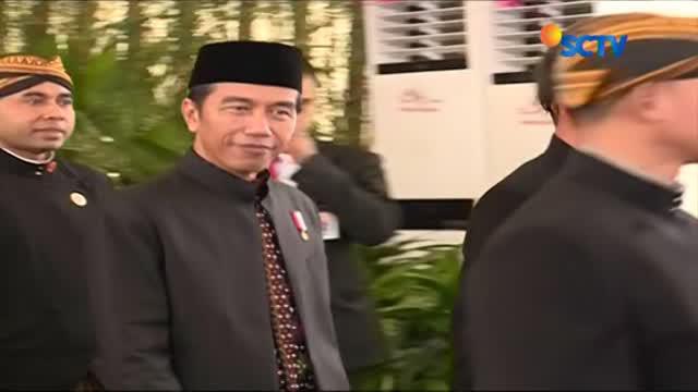Para Pasukan Pengamanan Presiden (Paspampres) Jokowi mengenakan pakaian adat Solo di resepsi Bobby-Kahiyang.